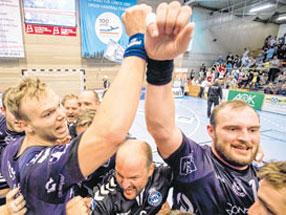 Siegerjubel: Fynn Ranke, Trainer Torge Greve und Jan Schult (vorn v.l.) freuen sich mit ihren Jungs.